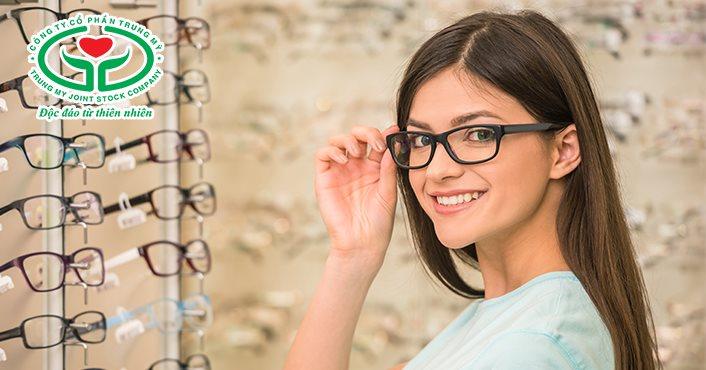 Đeo kính là cách chữa tật khúc xạ mắt đơn giản nhất